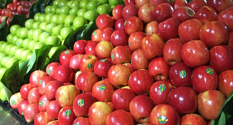 Apples displayed in a grocery.