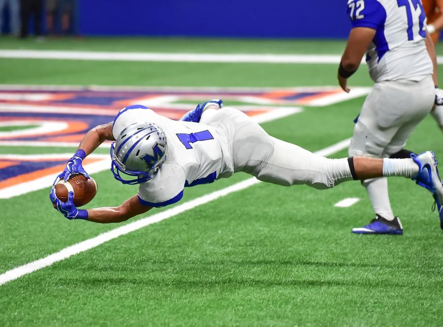 Football player catching a ball.